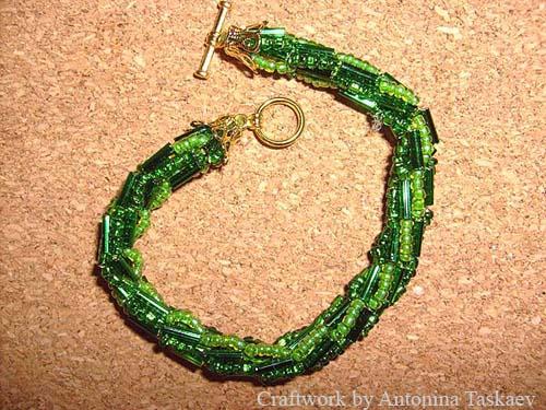 Браслеты, вязанные крючком с бисером.  Вот это мне очень нравится, так что вяжу их время от времени.